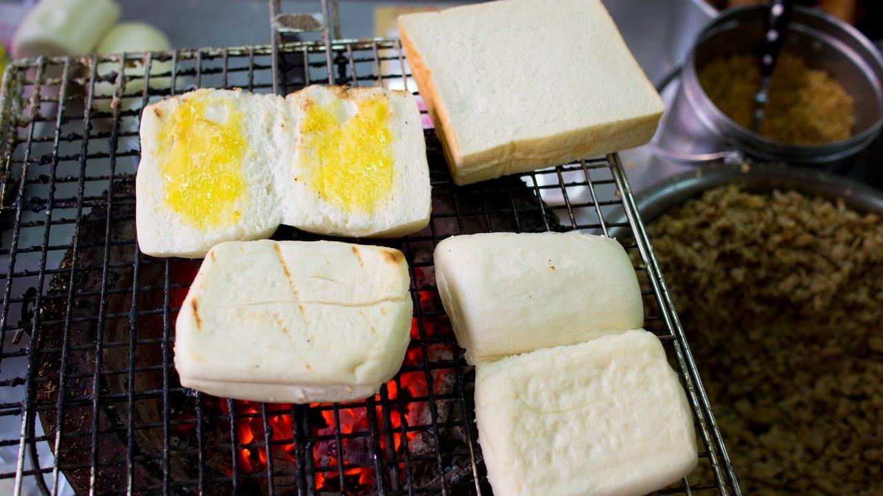 【屏東美食】東港 佳吉飲料店 》香氣四溢的碳烤饅頭