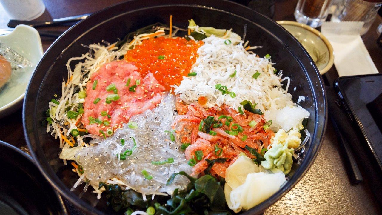 【江之島美食】しらす問屋 とびっちょ 》生吻仔魚5色丼飯 視覺與味覺的雙重享受 1